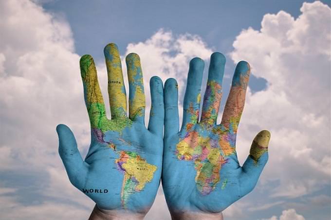 איזה עץ מסתתר באישיותך: זוג ידיים עליהן מצוירת מפת העולם