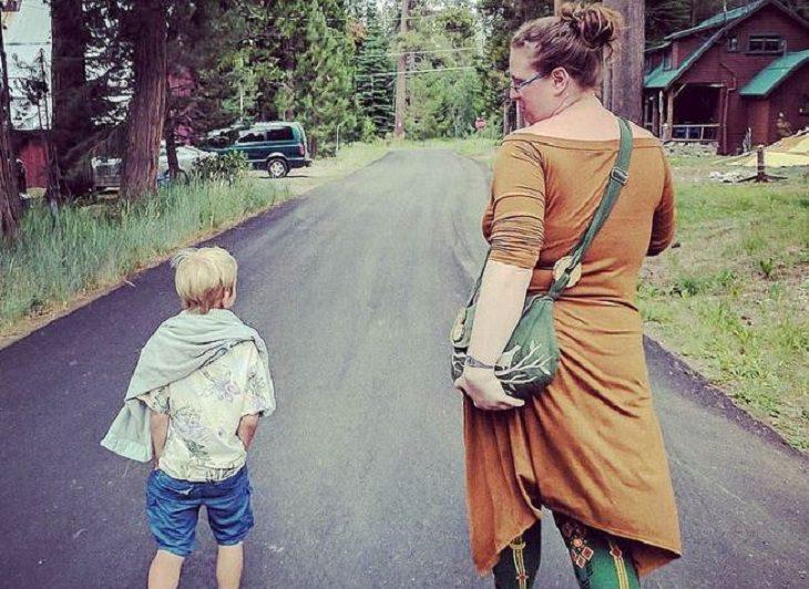 חוק 3 דקות: אימא הולכת על כביש לצד בנה הקטן