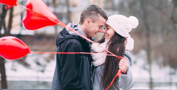 חוקים לזוגיות מאושרת: זוג עם בלונים בצורת לב