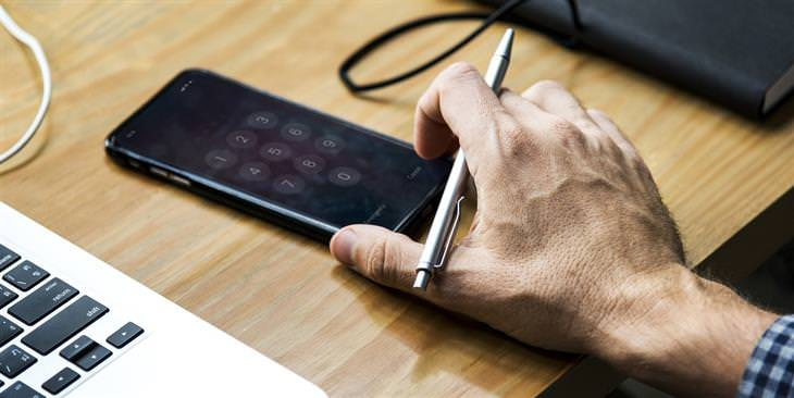 הזמנים שבהם מומלץ שלא להשתמש בסמארטפון: יד של גבר מחזיקה סמארטפון