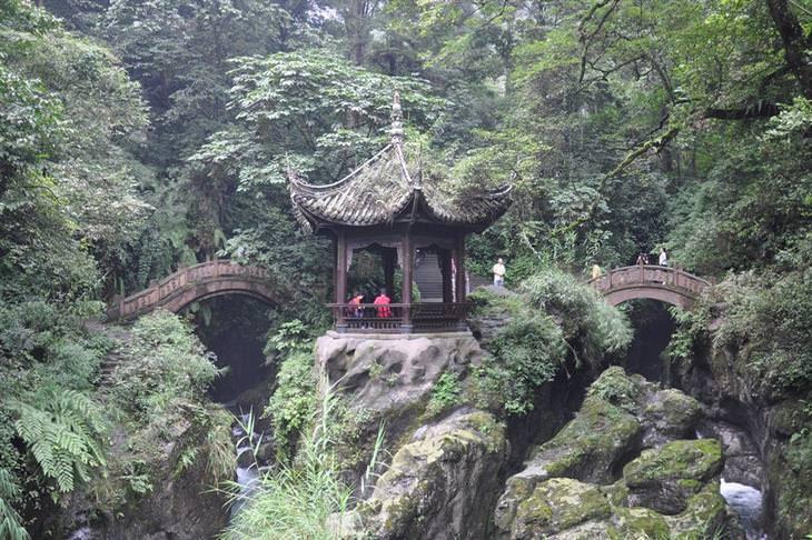 פארקים לאומיים בסין: גשר הליכה בפארק הלאומי אמיי שאן