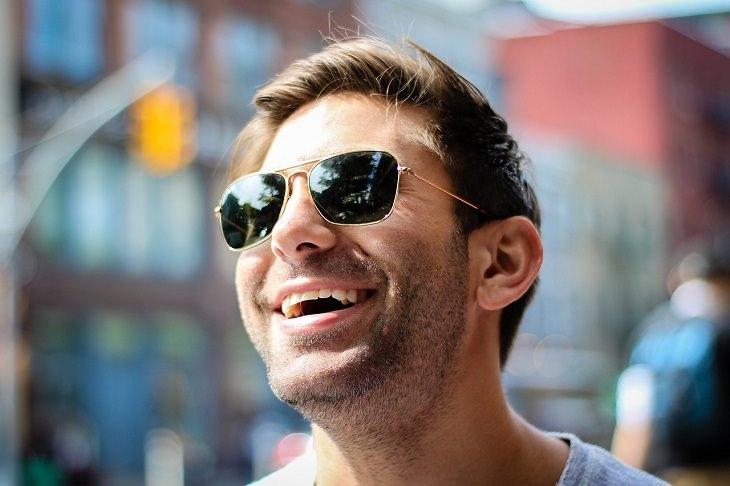 תכונות אופי של בעלי אישיות חזקה: אדם צוחק