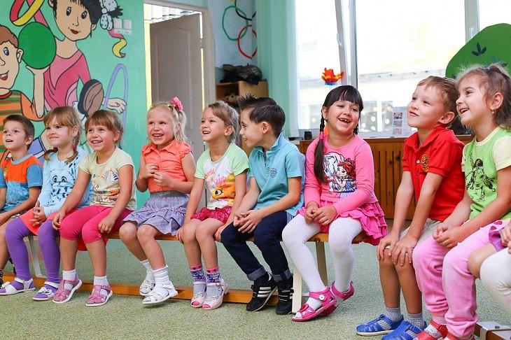 יום הולדת בריא: ילדים יושבים על ספסל בגן ילדים