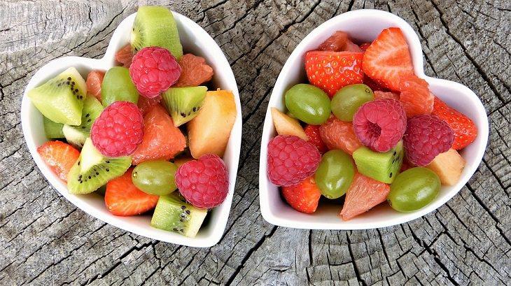 יום הולדת בריא: קעריות בצורת לב מלאות בפירות