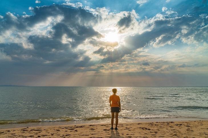 עצות להתמודדות עם דכאון: אישה עומדת ומסתכלת על האופק