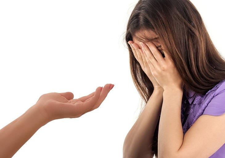 עצות להתמודדות עם דכאון: אשה תופסת את ידיה בכפיה ויד אחרת מושטת אליה