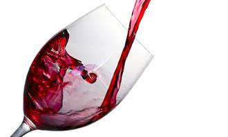 בחן את עצמך: יין נמזג לתוך כוס