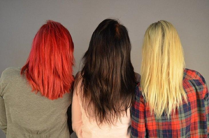 הכנת צבעי שיער טבעיים: 3 נשים עם שיער צבוע יושבות זו לצד זו