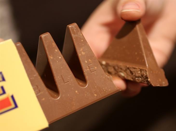 דרכים לשימוש במוצרים יומיומיים: יד של אדם חותכת חתיכת טובלרון
