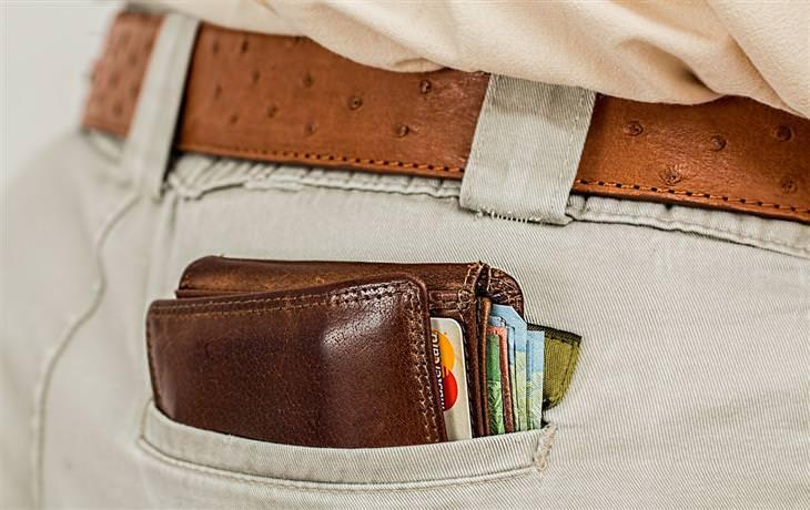 הקשר בין הארנק לכאבי גב: ארנק בכיס אחורי של מכנסיים