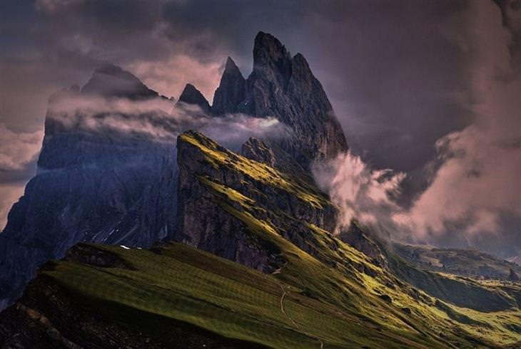 תמונות טבע: מבט עילי על רכס הרים חצוי