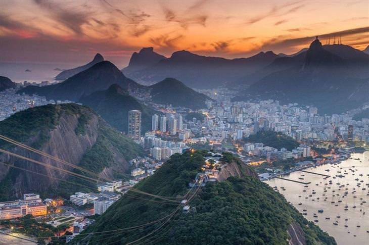 תמונות טבע: מבט על עיר חוף והרכבל שלה