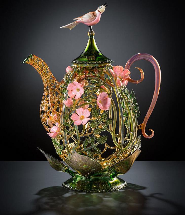 יצירות מזכוכית: קומקום זכוכית עם ציפור ורודה על המכסה