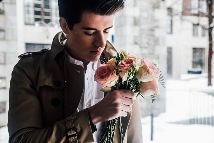 בעיות של הורים חדשים: גבר מריח זר פרחים