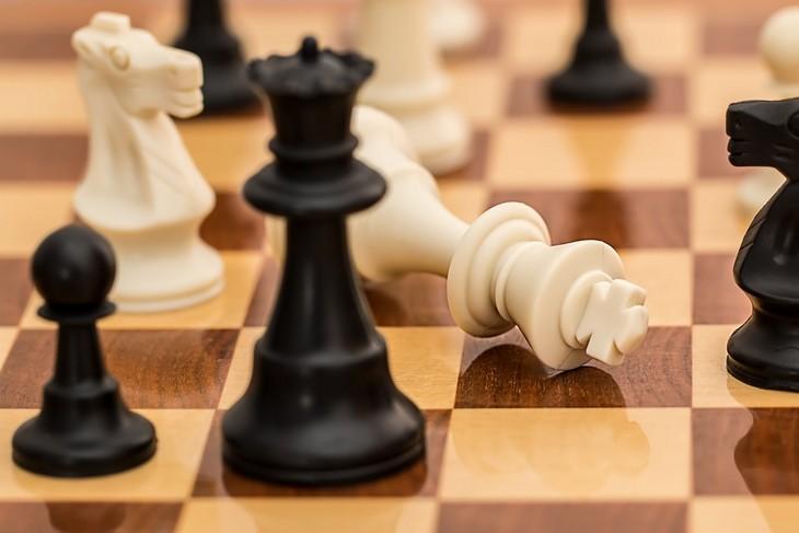 בעיות של הורים חדשים: לוח שחמט והמלכה הלבנה למטה