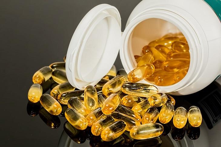 פעילות גופנית ונטילת תרופות: קפסולות נשפכות מתוך אריזה