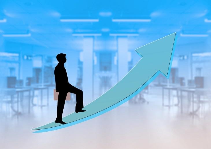 מדריך לשינוי קריירה: איור של אדם מטפס על חץ שמצביע מעלה