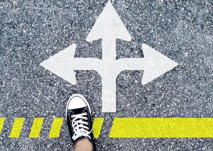 מדריך לשינוי קריירה: רגל דורכת על קו צהוב לפני איור של חיצים לכל הכיוונים
