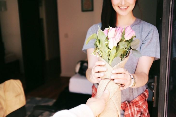5 שפות האהבה: אישה מקבל זר פרחים