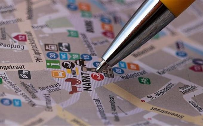 עת מסמנת עיגול על מפת רחובות