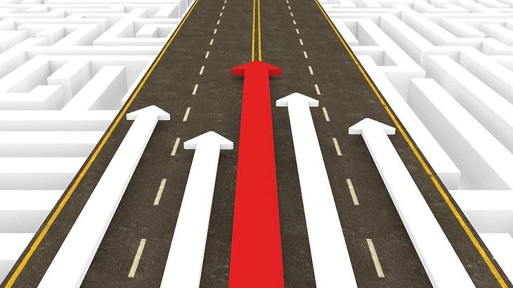 השגת מטרות: כביש עם חצים מסומנים עליו לכיוון אחד