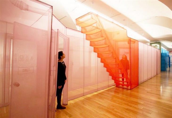 יצירות אמנות: דגם של בית עם מדרגות, מאריגים בלבד