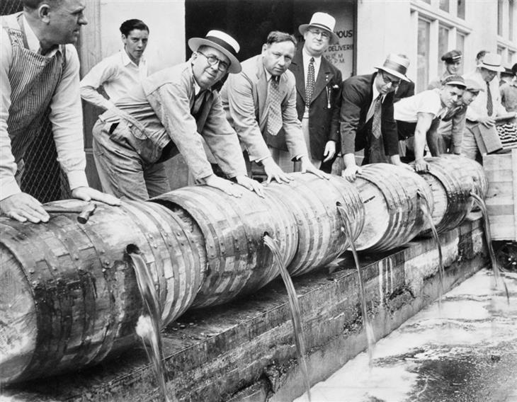 תמונות היסטוריות: אנשים שופכים בירה מחביות