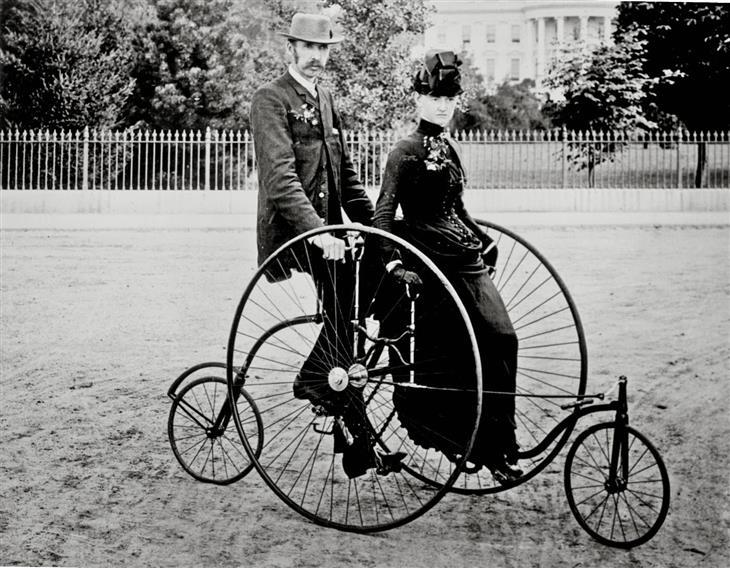 תמונות היסטוריות: גבר ואישה על אופניים עתיקות