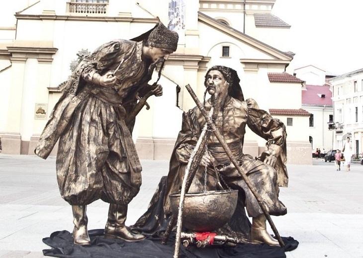 פסטיבל פסלים חיים ברחובות: פסל חי של שני נוודים מבשלים בקדרה