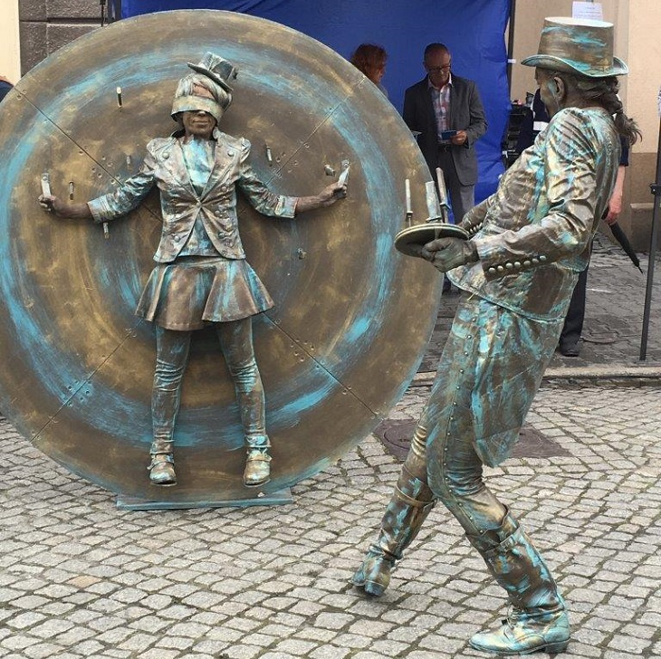 פסטיבל פסלים חיים ברחובות: פסל חי של מטילי סכינים