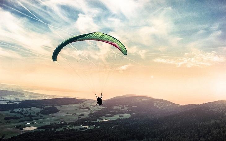 הערכה עצמית: אדם עם מצנח רחיפה באוויר