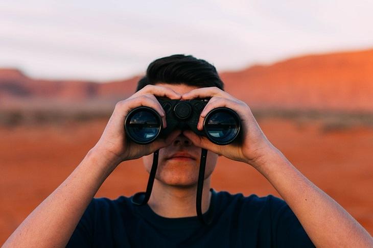 הערכה עצמית: גבר מסתכל במשקפת
