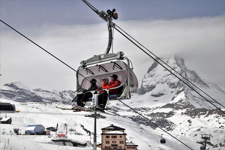 אטרקציות בשוויץ: גולשי סקי עולים ברכבל בצרמט