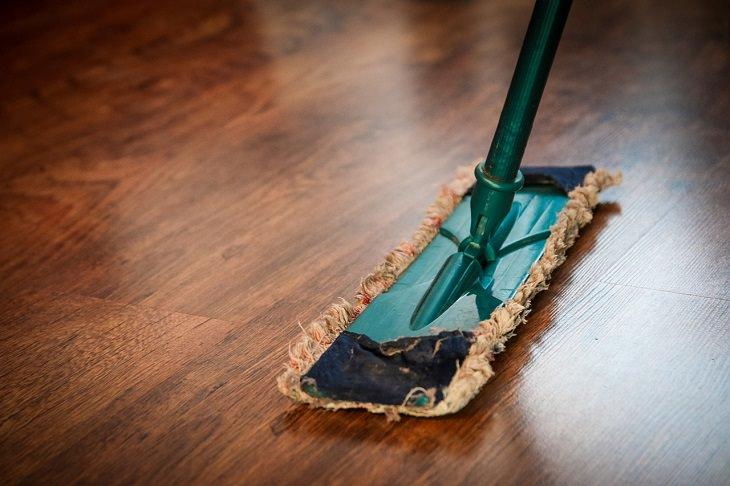 טיפים שיעזרו לכם לעבור את הקיץ בשלום: סחבה על רצפת פרקט
