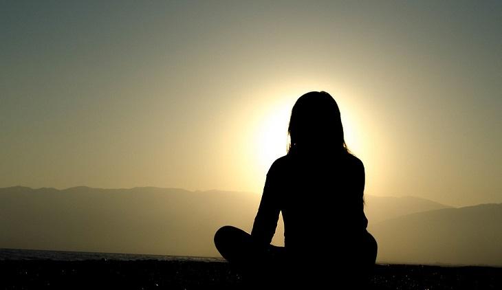 הערכה עצמית: אישה יושבת מול השמש