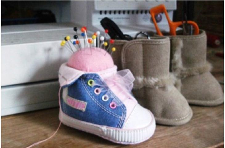 דברים שאפשר להכין מנעליים ישנות: מתקן לעטים / כרית סיכות מנעלי תינוק ישנים