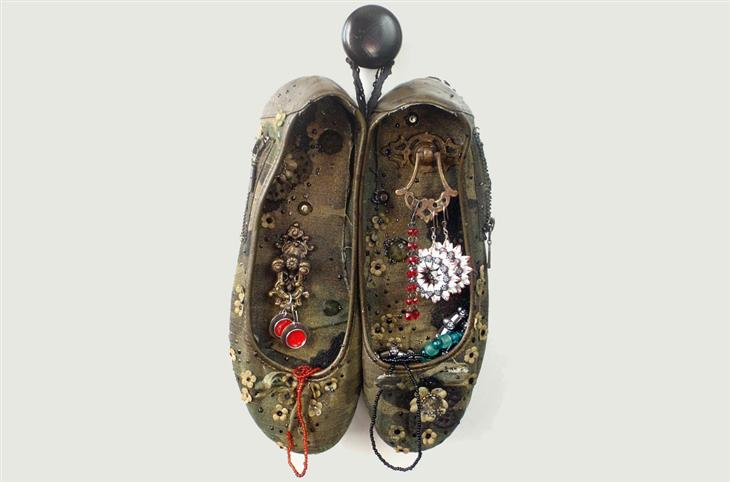 דברים שאפשר להכין מנעליים ישנות: מתלה לתכשיטים מנעלי בובה