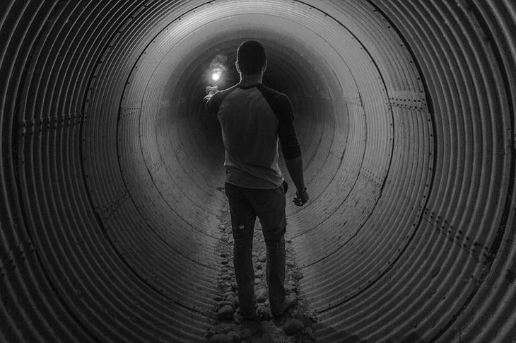הערכה עצמית: גבר מדליק גפרור במערה