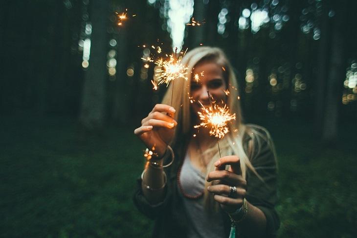 הערכה עצמית: אישה מחזיקה זיקוקים דולקים
