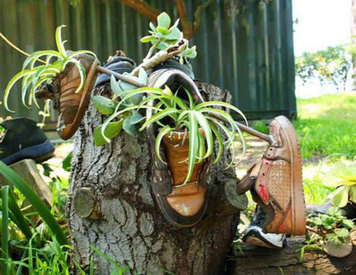 דברים שאפשר להכין מנעליים ישנות: אדניות לגינה מנעליים סגורות ישנות