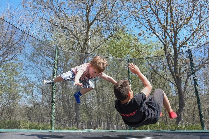חינוך לאחריות ואושר: שני ילדים קופצים בטרמפולינה