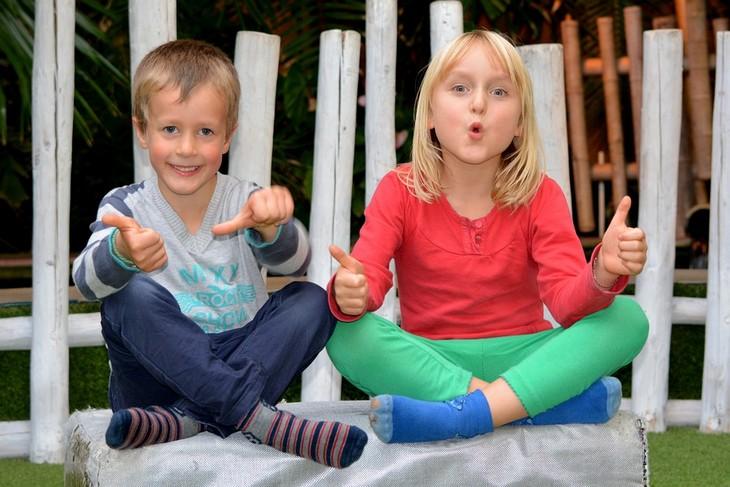 חינוך לאחריות ואושר: שני ילדים מרימים אגודלים