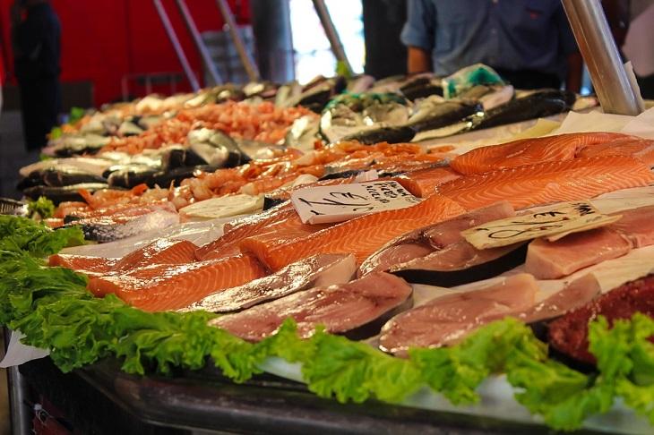 מדריך הדגים המלא: דגים מעושנים במעדניה