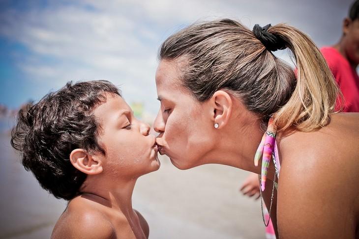 חינוך לאחריות ואושר: אמא מנשקת את ילדה