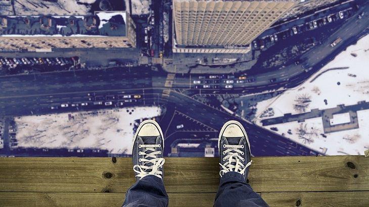פחדים לא הגיוניים: מבט מעיניו של אדם העומד בקצה של גג ומביט למטה
