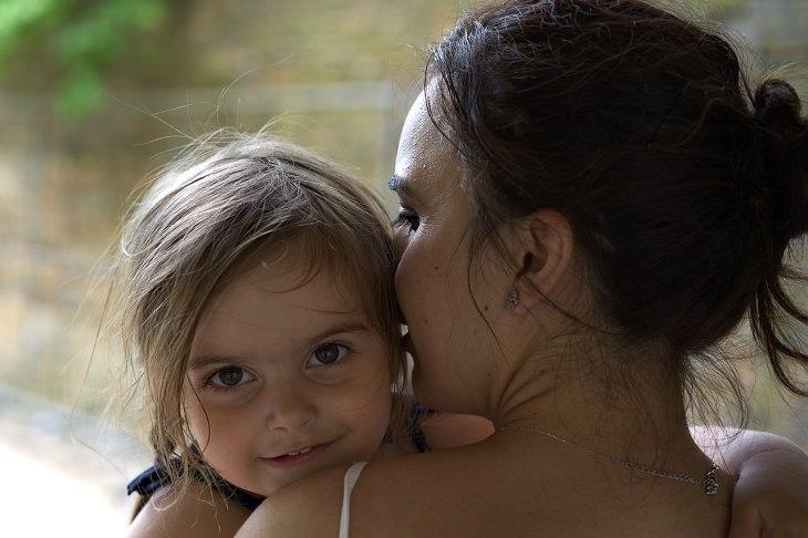 """עצות לגידול ילדים מפי """"הלוחשת לתינוקות"""": אם מחבקת את ילדתה הפעוטה ולוחשת לאוזנה"""