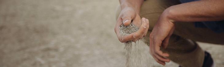 איך לחיות את הרגע ולהיות מאושרים: יד מסננת חול