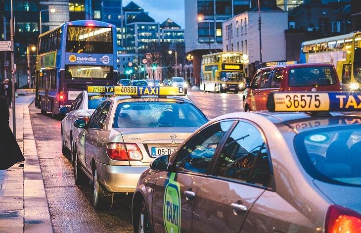 כלי תחבורה עתידיים: רחוב מלא בתחבורה ציבורית