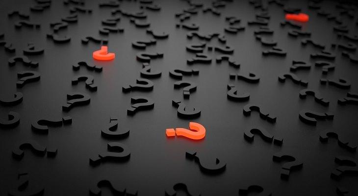 טיפים להורים לילדים מתבגרים: מלא סימני שאלה מפוזרים על משטח ושלושה מהם זוהרים