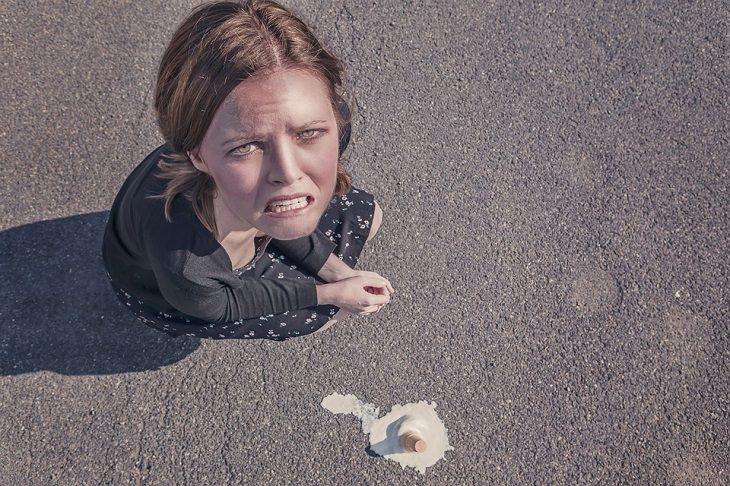 טיפים להורים לילדים מתבגרים: אישה מצולמת מלמעלה כשהיא מאוכזבת